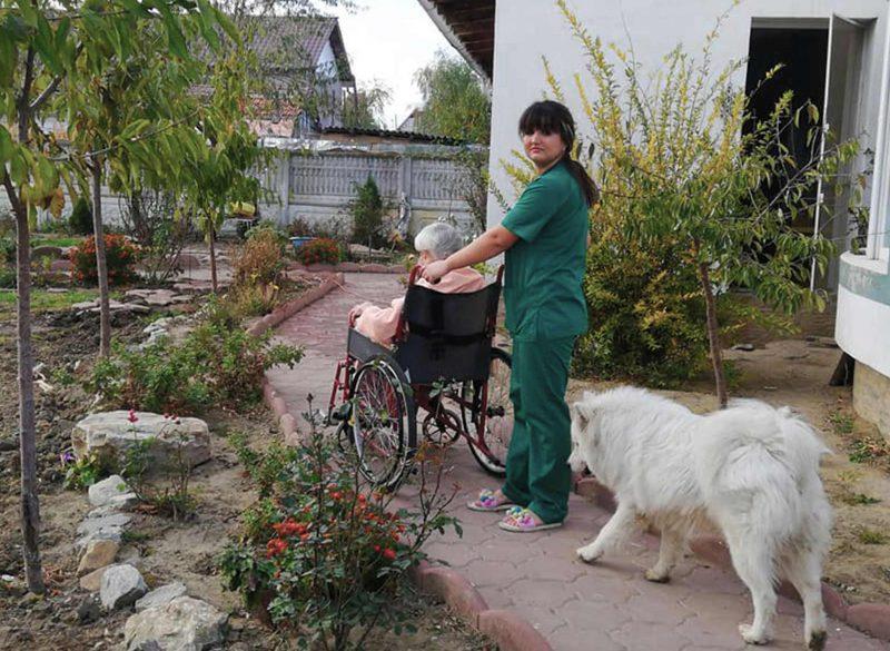 Medicul, asistentele si ingrijitoarele se straduiesc cu totii sa le faca femeilor varstnice bolnave si mamelor de aici, un mediu placut