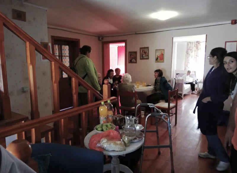 Petrecere de batrani in azilul Maisonnette